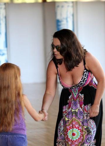 Более того, она с удовольствием раздавала детишкам автографы при этом, накл